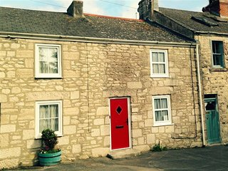 BOWMAN'S COTTAGE, Traditional stone cottage, sleeps 4, close to walks, Portland