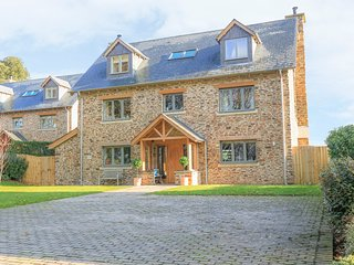 2 THE DRIVE, en-suite, woodburner, near Dartmouth