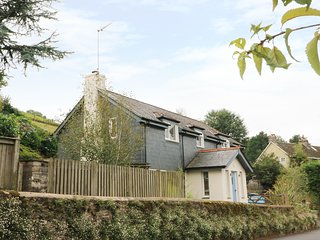 SWALLOWS, four bedrooms, enclosed garden, in Cornworthy