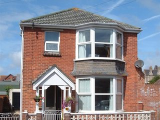 MAGNOLIA HOUSE, detached house, Sleeps 5, enclosed garden, WiFi, Weymouth