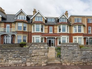 BEACH VIEW APARTMENT 4, two bedrooms, sea views, parking in Weymouth.