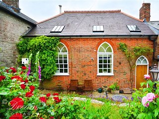 THE OLD CHAPEL, Charming chapel, sleeps 4, village location, WiFi, Sutton Poyntz