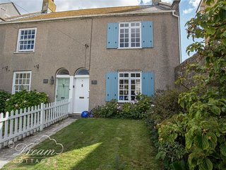BROCK COTTAGE, sleeps 6, central location, short walk to beach/harbour, West Bay