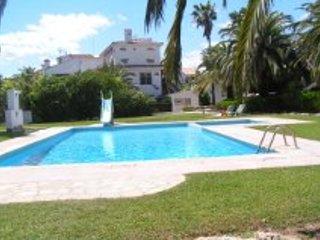 ..  Casas Bahia mar . 8  , con Piscina comm. ,garage . 30 m von Meer ., vacation rental in Riudecanyes