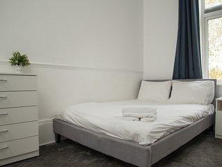 Large Modern Studio Flat, Beckenham 4