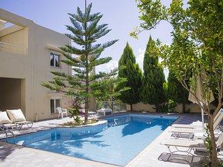 Chryssi, jolies villas, piscine partagée, à proximité de plage , 4-5 personnes.