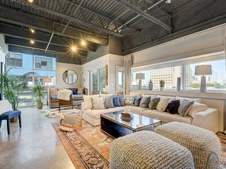 Stayloom's Spacious Artsy Luxury Loft | E 6th St