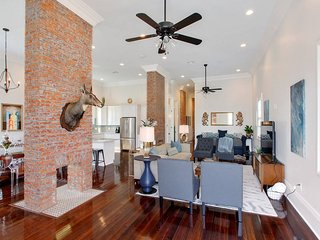 Stayloom's Spacious, Sunlit Mansion | near FQ