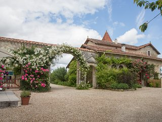 Chateau de Gurat - Coin Fleuri, 3 bedrooms | beautiful grounds | heated pools