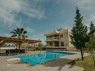 Mirsini villa confortable, contemporaine, piscine privee