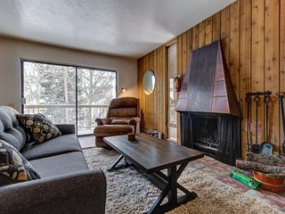 Cozy  Condo w/access to a shared hot tub & sauna close to slopes!