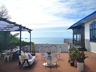 Habitación doble con baño compartido en estilosa casa con vista al mar