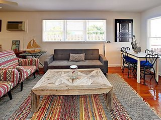 17AN: 2BR 2BA with patio Sleeps 6 In Old Town Port A Beach Cottage