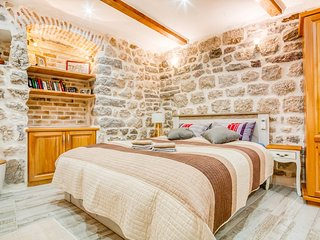 Cozy Antique Apartment & Sea View Terraces in a Stone House of Kotor Old Town