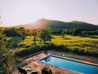 Villa rústica con piscina y vistas panorámicas