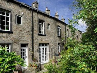 Central Skipton 2 bed holiday cottage Pets welcome FREE PARKING terrace/garden