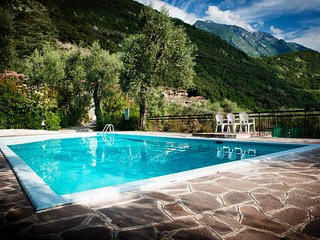 Delux apartment with magic view of Lake Garda,pool, garden, tennis, parking,wifi