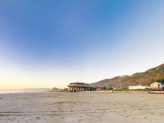 Beachside Getaway w/ Hot Tub, Outdoor Shower - Walk 40' to the Ocean!