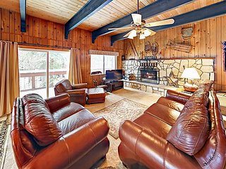 Walk to Donner Lake! 3BR w/ Pool Table -- Minutes to Hiking, Skiing, Downtown