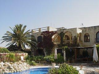 Ruhig gelegenes Farmhaus mit Pool, angelegtem Garten und Meeresblick