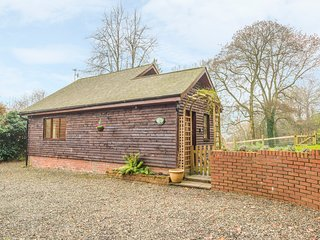 WOODPECKERS COTTAGE, romantic studio accommodation, WiFi, parking, woodburner