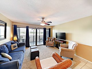 Marsh-View 2BR w/ Screened Balcony – Beach, Pool, Hot Tub
