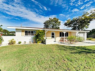 Sunny 2BR Bungalow w/ Fenced Backyard & Lanai -- Near Venice Beach