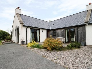 TULLACH BEG, multi-fuel stove, WiFi, en-suite, pet-friendly