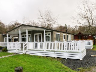 4 GRASMERE, hot tub, pet-friendly, Troutbeck Bridge