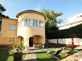 HOUSE WITH SWIMMING POOL AND VIEWS TO THE SEA 20 MIN AWAY FROM BARCELONA.