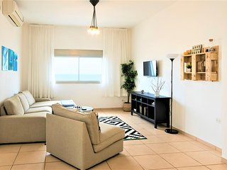 Nino on the Beach - 3Bdrm Apartment on Bat Galim Beach
