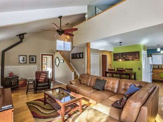 Spacious 3 Bed, Quiet locale with easy access to downtown Boulder! FREE WiFi