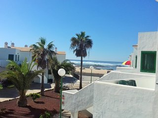 Ocean Balcony Apartment-beachfront/air conditioning/ direct access to the beach