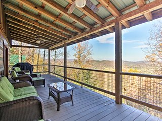 Sevierville Cabin w/ Hot Tub - Mins to Mtns!