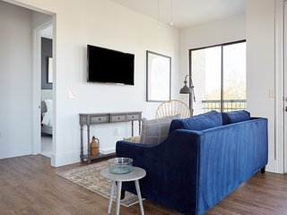 Sonder | The Hampstead | Lively 1BR + Laundry