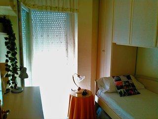 Habitación individual en apartamento compartido. Parking Free! 15' centro en bus