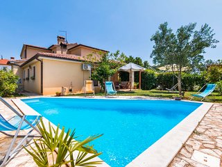 5 bedroom Villa with Pool, Air Con, WiFi and Walk to Shops - 5026034