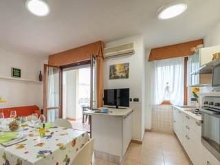 2 bedroom Apartment with Air Con and Walk to Beach & Shops - 5696619