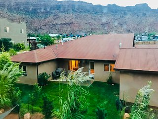 Moab High End Spacious 3 bedroom, 3 bath, 2 Master Suites sleeps 8-10, 5 beds, n