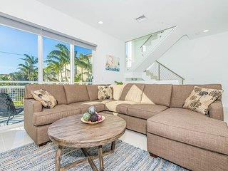 Stylish 4BR Townhouse w/ Hot Tub, Pool & Private Courtyard, 250 Feet to Beach