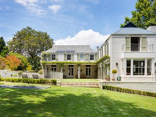 Large 6 bedroom home on Constantia wine-farm