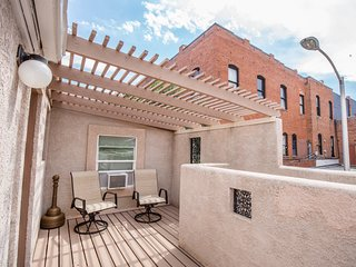SAGITTARIUS: Private Deck on top floor with Pikes Peak Views in