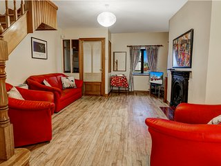 Galway City Terraced House. 5 minute walk to Eyre Square. Sleeps 6