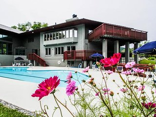 Ski-in/ski-out condo w/ private hot tub/sauna & shared pools/hot tubs/gym!