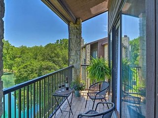 Comal Riverfront! Schlitterbahn, pool, hot tub and direct river access!!