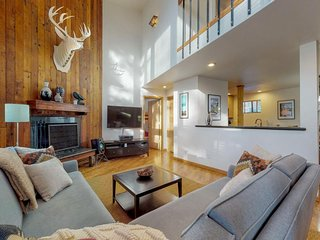 Modern condo w/ shared pool & tennis, wood fireplace close to ski slopes