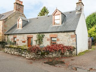 STONYWOOD COTTAGE, comfy cottage, dog welcome, near Loch Ness in Drumnadrochit,