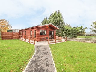 FALLOWS, detached, woodburning stove, patio with hot tub, fishing on site, Ref