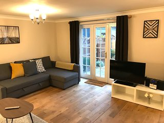 Immaculate 2 Bed, 2 Bath House with Unlimited Fibre Wi-Fi and Smart TV