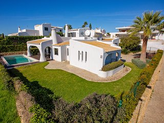 Stunning 4 Bedroom Villa, Panoramic Sea Views, Air con, optional pool heating